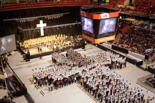 """Efter at 10.000 forbedere havde været samlet til """"Kristusdagen"""" i Helsinki for at krone Kristus, fortalte aviserne dagen efter om et specielt lysfænomen over byen, som de kaldte """"Kronen""""."""