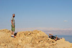 Som IT-volontør i Israel har Kasper Plougmann gode muligheder at se Israel sammen med andre volontører. Her på toppen af Masada. Foto: Dansk-Jødisk Venskab