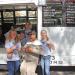 Cecilie Rabjerg, til højre på billedet, står her med en hjemløs og andre elever fra Djurslands Efterskole. De hjalp en lokal kirke med at dele mad ud og bede for blandt andet hjemløse, da de for nylig var i New York på udlandstur.