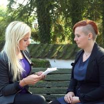 På billedet fra DR K udsendelsen ses Eva (til højre) sammen med lillesøsteren Anne. Hun læser op fra det brev, hvor Eva for 10 år siden skrev, at hun afskar forbindelsen til hende.
