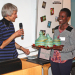 Birthe Munck-Fairwood fra Tværkulturelt Center overrakte aktivitetsprisen Stjernestunder 2014 til den ugandiskfødte lærer Sarah Agwere fra Brønderslev Kirke.