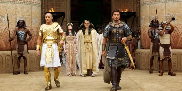 Her ses Christian Bale som Moses (forrest til højre) sammen med den senere farao Ramses (Joel Edgerton). I baggrunden ses Ramses´far Seti (John Turturro)