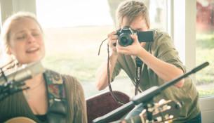 Rasmus Smedstrup og hans team bruger mange timer på at optage og efterproducere videoerne og lyden. Alligevel føler han sig først og fremmest vanvittigt velsignet over at få lov til at lave Stille Stunder.