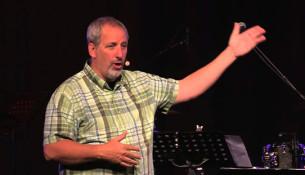 Konferencens 'underholdende taler' Carl Medearis deler sin tro på Jesus med muslimske ledere og naboer i Libanon.