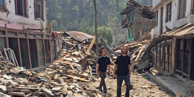 Vi løb ud på en åben plads, mens bygninger dansede rundt og jorden rystede. Vi måtte bare knæle ned i afmagt og bede for vores liv, fortæller Kasper Thorskov og Søren Samuelsen.