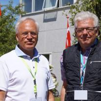 Direktør Peer Christensen hilser på  Udfordringens Jan Grundvad, der selv har en fortid i helsebrancen.