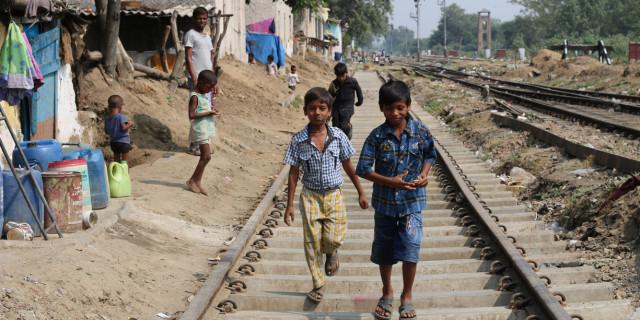 Aktiv Missions lokale samarbejdspartner ASSI rækker ud til de forladte børn på otte forskellige jernbanestationer i det nordlige Indien.