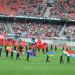 25.000 begejstrede deltagere så flagparade og danseoptræden under lovsangen.