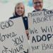 Billedet af ægteparret Nicole og Kevin Cook udenfor den lokale abortklinik har fået stor opmærksomhed. Det siges at have fået flere kvinder til at vælge bort-adoption frem for abort.