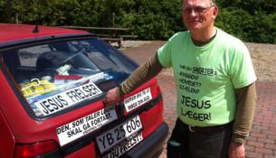 Tonny har altid bilen udsmykket med bilmagneter. Og  desuden er der altid et pænt lager af traktater i bilen.