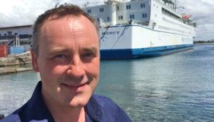 """""""Min stemme knækker nemt, når jeg fortæller om Mercy Ships"""", siger Peter Ingemann. Han er begejstret over den høje standard og de mange ildsjæle, som stiller sig til rådighed for at drive hospitalsskibet. Foto: TV2/Heartland."""