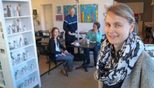 Caféen ledes af Mette Østergaard, der også driver helsebutikken.