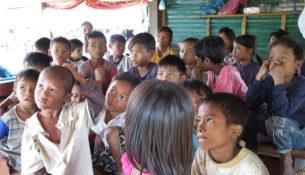 Børn i ingenmandslandet Fjendeskoven i Cambodja får nu en chance for at komme i skole. Foto: Dina Burgdorf Jacobsen.
