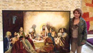 Asylansøger Zohreh Echtedare med det flotte maleri, som hun har skænket til Nørrelandskirken, efter at hun og 18 andre flygtninge fra Iran blev døbt 2. påskedag i år.