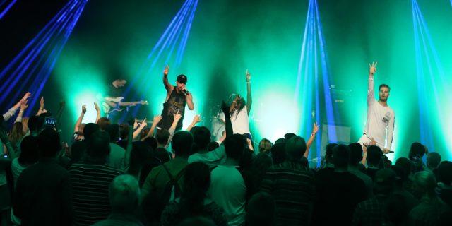 Twelve24 er et erfarent koncertband - og det nød gæsterne på A Day Of Praise godt af, da de med fuld energi og en masse på hjerte afsluttede årets musikfestival på Store Scene. Foto: Jakob L. Jensen