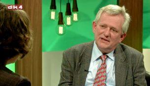 """Søren Ulrik Thomsen taler med biskop Marianne Christiansen i udsendelsen """"Søstrene Bisp""""."""