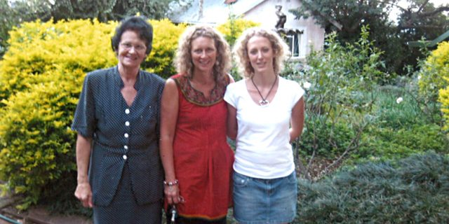 Lone Thorgaard ses her ved et besøg på kollektivet i Sydafrika sammen med datteren Lotte og barnebarnet Rebekka.