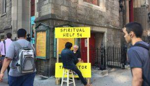 Åndelig hjælp 5 cent, står der på skiltet i den lille bod foran Gregory Fryers kirke. Skuret er en tro kopi af Lucy van Pelts psykiatri-bod - og mange ønsker at snakke med præsten.