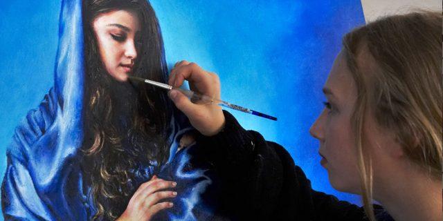 Akiane Kramarik, som nu er 22 år, sætter her de sidste malerstrøg på hendes inspirerede fremstilling af Jomfru Maria, Jesus' mor.