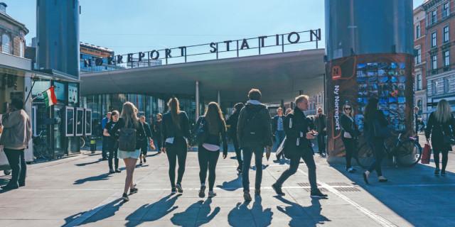 Som ny studerende i København kan man let komme til at føle sig ensom midt i alt det nye. Men kirkerne byder velkommen. Foto: Stephen Sandoval.