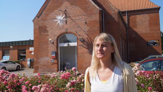 Mette Østergaard har lejet sig ind i en del af det tidligere posthus i Jernbanegade, hvor Udfordringen også bor.